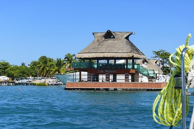 Explora una de las islas más bonitas de México con un tour a Isla Mujeres en catamarán