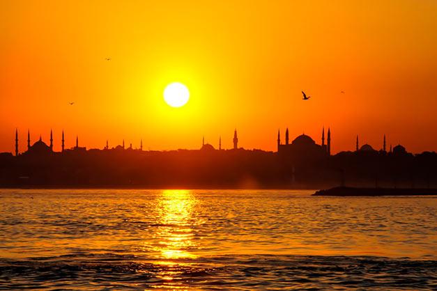 Anocher durante un crucero por el Bósforo en Estambul