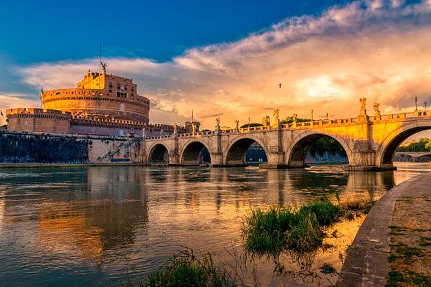 Castillo de Sant Angelo desde la entrada del puente sobre el río Tíber