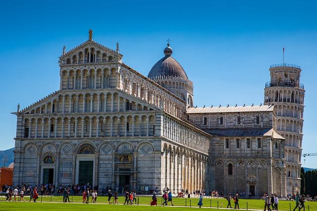 Vista del Duomo y la Torre de Pisa en la Plaza de los Milagros de Pisa