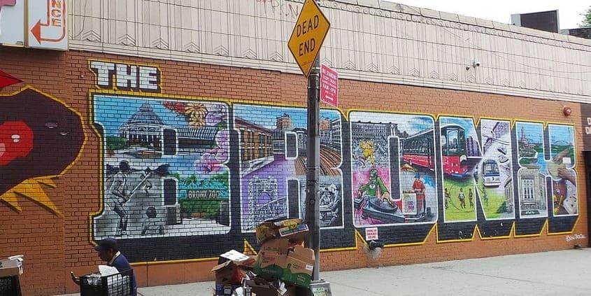 muro con una pintada en el barrio del bronx durante el tour de contrastes en nueva york