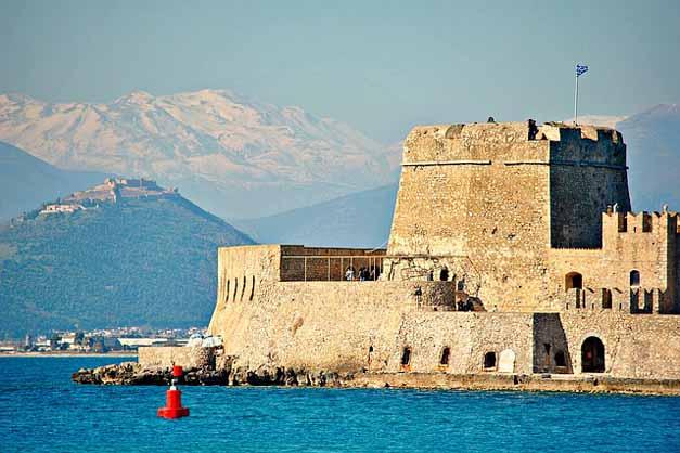 El castillo de Bourtzi, una parada de la excursión a Micenas, Epidauro y Nauplia desde Atenas.
