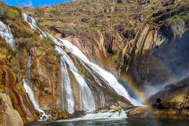 La cascada de Ézaro en la excursión a Finisterre y Costa Da Morte desde Santiago de Compostela.