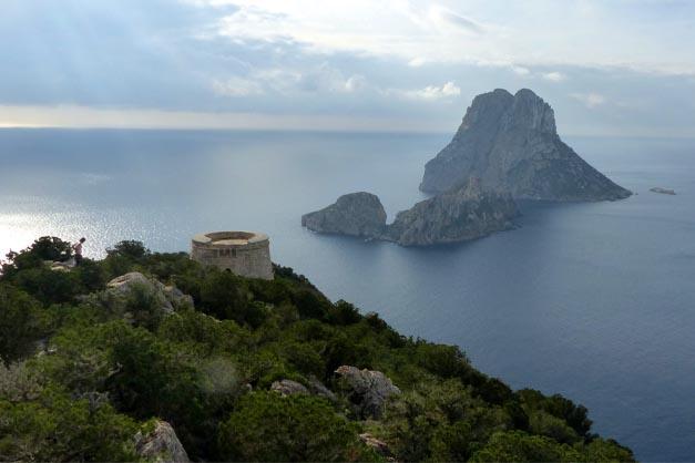 El peñón de Es Vedrá en una excursión a Formentera desde Ibiza en catamarán.