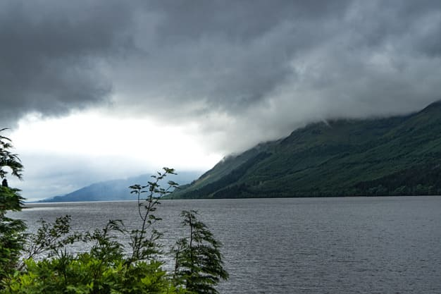 Vista del Lago Ness a bordo de un crucero, uno de los lugares más misteriosos de Escocia