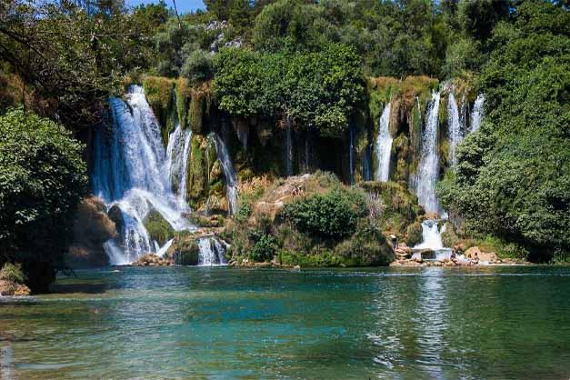 Las famosas cascadas de la excursión a Mostar y Kravice desde Dubrovnik en español.