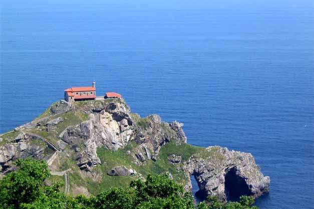 San Juan de Gaztelugatxe en las excursiones a la costa vasca desde Bilbao.