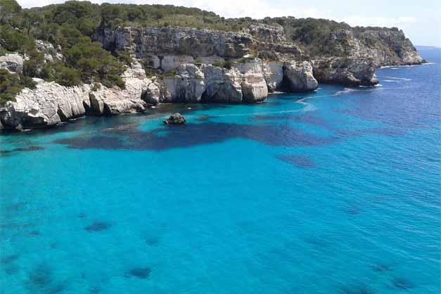 Una cala en las excursiones en Kayak en Menorca.