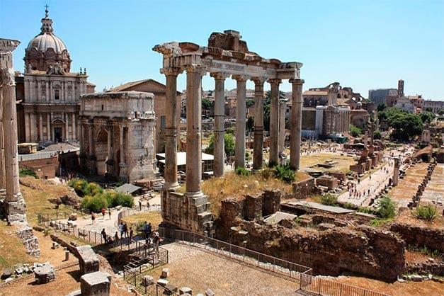 Área central del foro romano durante una visita guiada