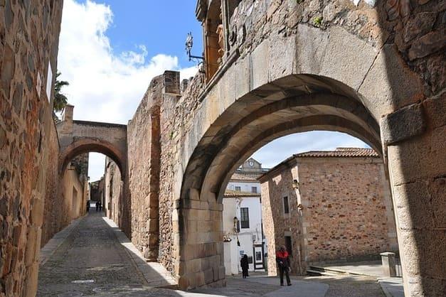 Elige tu mejor free tour en Cáceres con guía profesional