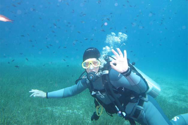 Foto de una chica haciendo el bautismo de buceo en Menorca.