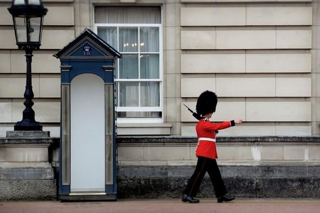 Cambio de guardia fotografiado desde el bus turístico en Londres.