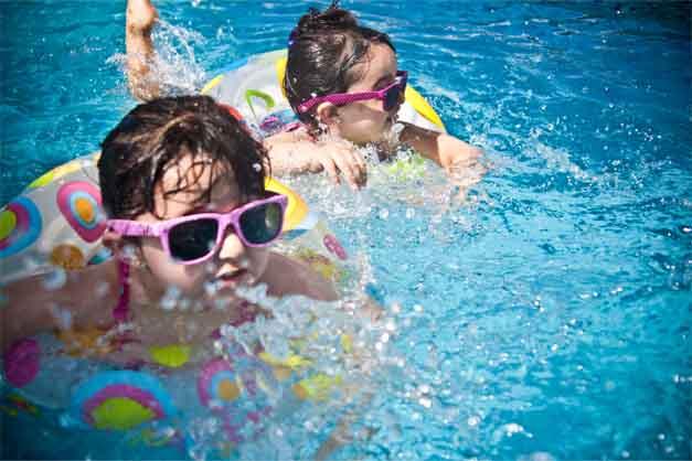 Dos niñas jugando en las atracciones de Siam Park