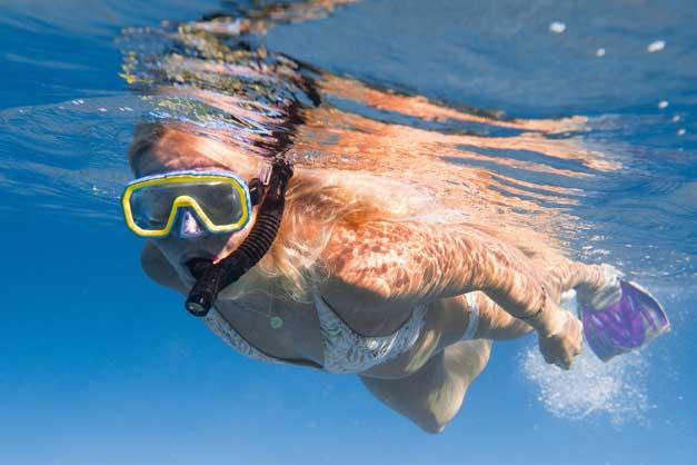 Imagen de una niña haciendo Snorkel en Fornells.