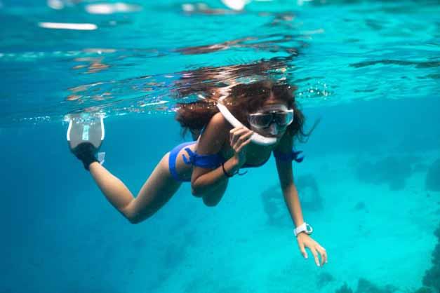 Foto de una chica haciendo Snorkel en Menorca.