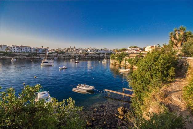 Imagen de un tour por las calas de Menorca en barco.