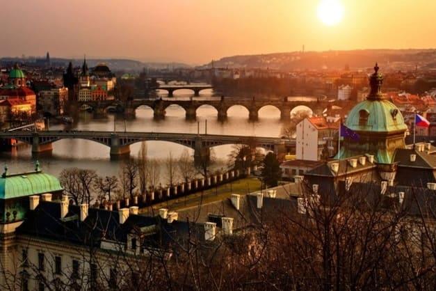Atardecer de la ciudad de Praga. No dejes de hacer algún tour gratis con el que ver sus monumentos destacados.