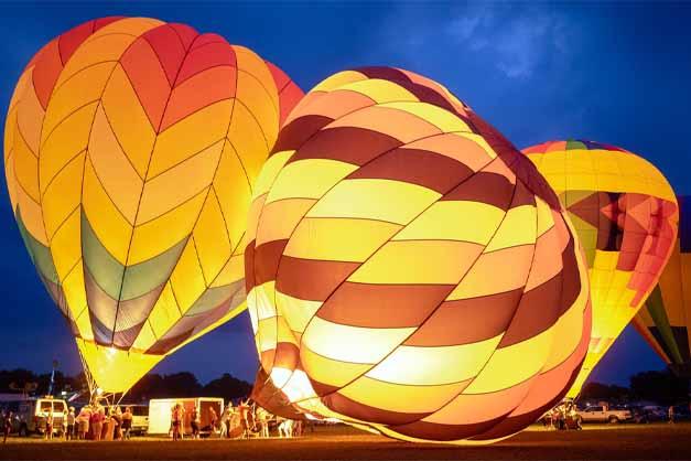 Imagen de un viaje en globo por Capadocia cuando inflan los globos por la mañana.
