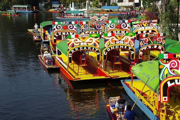 Haz un tour por Xochimilco y recorre sus canales llenos de color