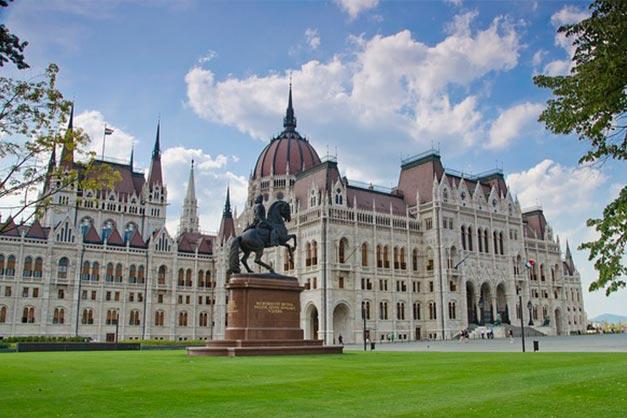 Zona acceso y entradas al Parlamento de Budapest